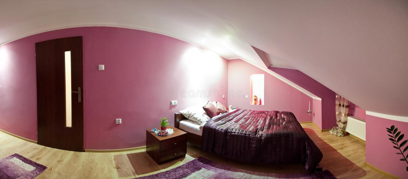 Panorama del dormitorio del desván foto de archivo libre de regalías