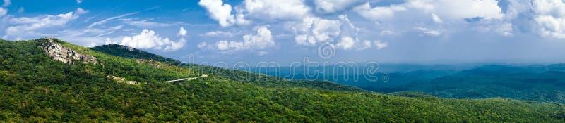 Panorama del estiramiento de la ruta verde azul de Ridge fotos de archivo libres de regalías