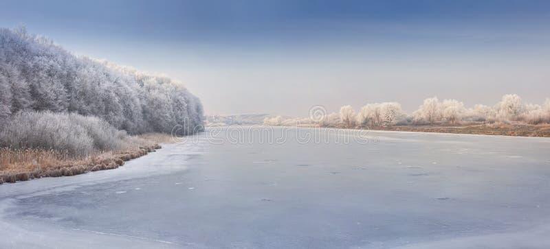 Panorama del fiume congelato. immagine stock
