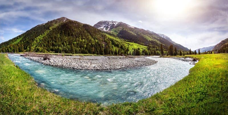 Panorama del fiume della montagna fotografia stock libera da diritti