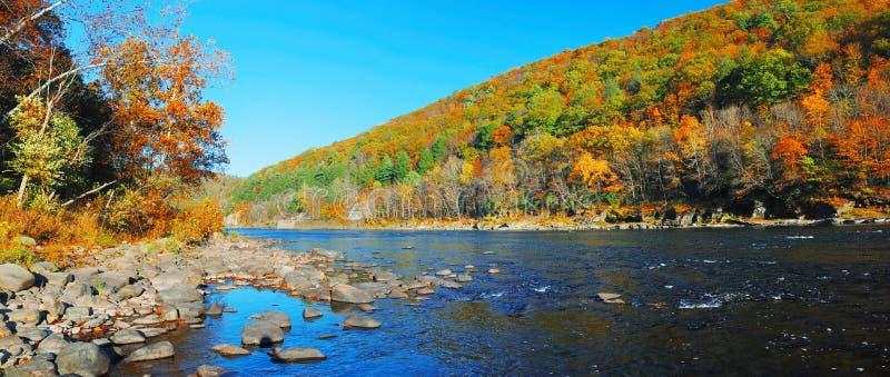 Panorama del fiume della montagna di autunno immagini stock