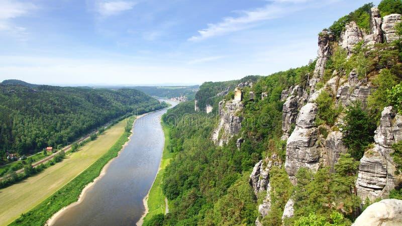 Panorama del fiume di Elba e della città di Rathen. fotografia stock libera da diritti