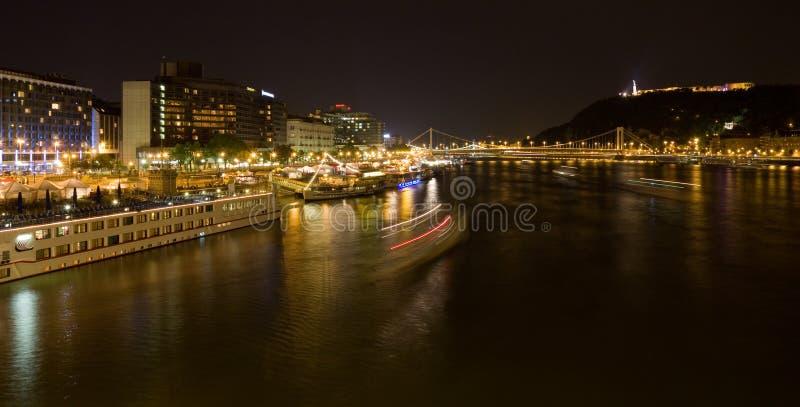 Panorama del fiume di notte di Budapest fotografie stock