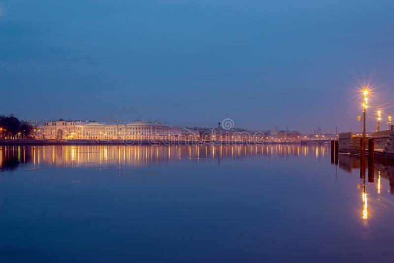 Panorama del fiume Neva con la Promenade des Anglais e la costruzione del Senato e del sinodo fotografia stock libera da diritti