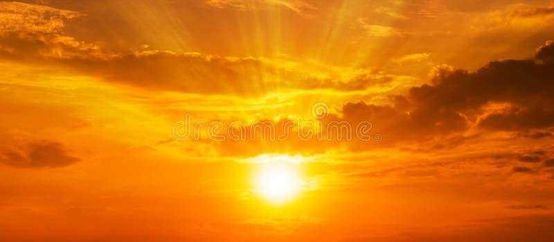 Panorama del fondo escénico de la salida del sol fuerte con el lado positivo y la nube en el cielo anaranjado imágenes de archivo libres de regalías