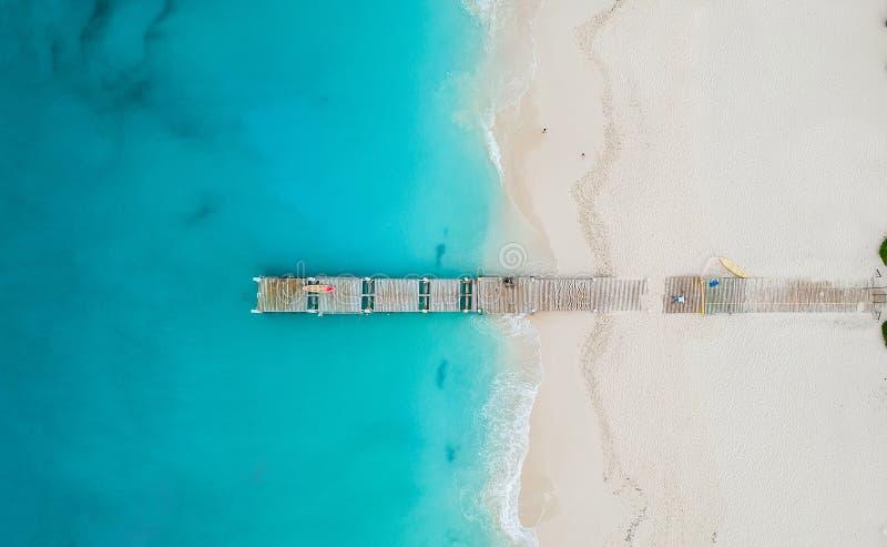 Panorama del fuco del pilastro in spiaggia in Grace Bay, Providenciales, Tu fotografie stock libere da diritti