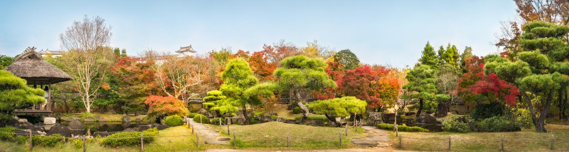 Panorama del giardino di stile cinese in autunno ai giardini giapponesi Koko-en a Himeji, Giappone fotografia stock