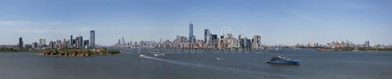 Panorama del horizonte céntrico de Manhattan de la estatua de Libert fotografía de archivo