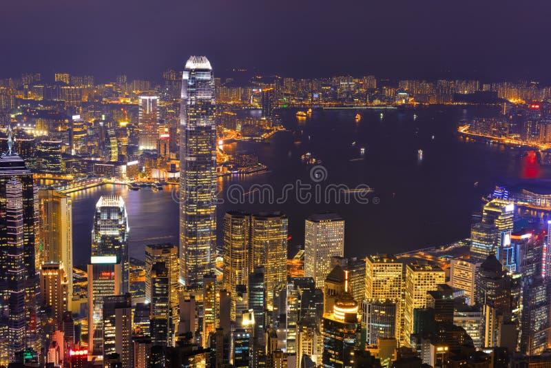 Panorama del horizonte de la ciudad de Hong Kong en la noche con Victoria Harbor foto de archivo libre de regalías