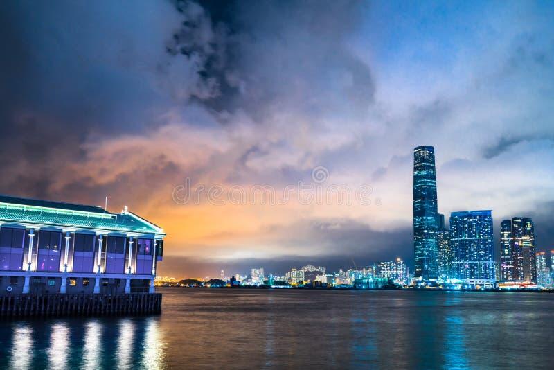 Panorama del horizonte de la opinión de la noche de enfrente de Victoria Harbor de Hong Kong fotos de archivo libres de regalías