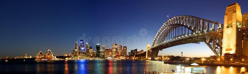 Panorama del horizonte de la Sydney-Noche imagen de archivo