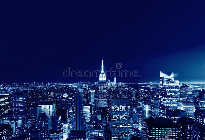 Panorama del horizonte de New York City Manhattan en la noche, los E.E.U.U. imágenes de archivo libres de regalías