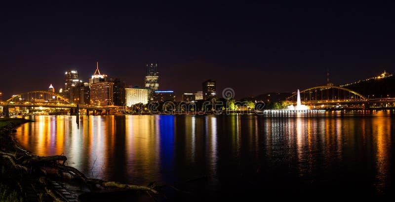 Panorama del horizonte de Pittsburgh en la noche fotografía de archivo