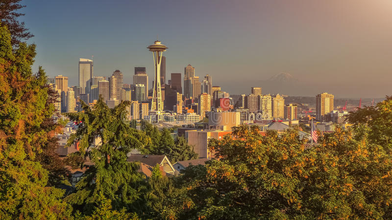 Panorama del horizonte de Seattle en la puesta del sol de Kerry Park, WA, los E.E.U.U. imagenes de archivo