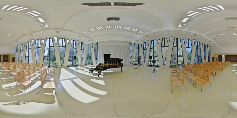 panorama 360 del interior de la sala de conciertos del centro turístico en Baja, Hungría fotografía de archivo