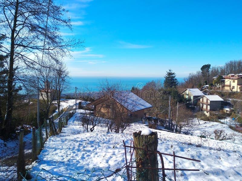 Panorama del invierno de la montaña nuevamente coronada de nieve de Apennines estación comenzada Esquí imagen de archivo