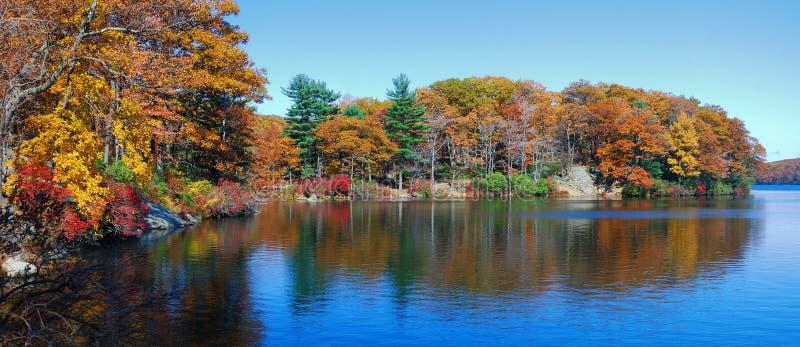 Panorama del lago autumn imagenes de archivo