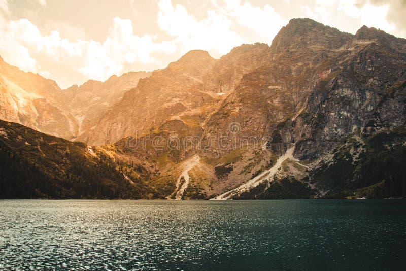 Panorama del lago azul hermoso en las montañas en la puesta del sol, foto de archivo libre de regalías