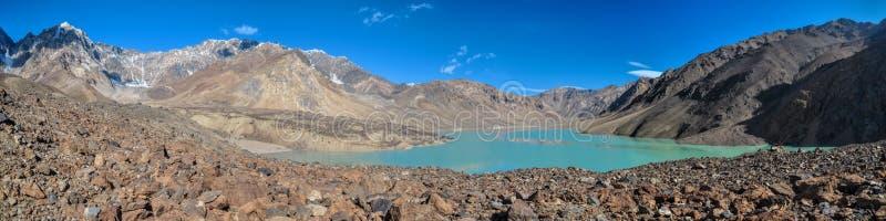 Panorama del lago de la turquesa de Tayikistán foto de archivo libre de regalías