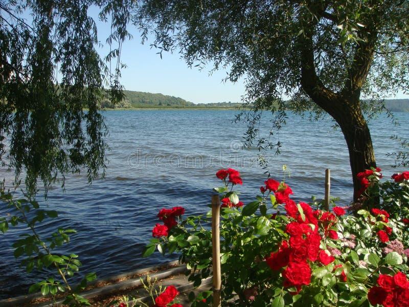 Panorama del lago de Vico visto por el banco en el Latium en Italia foto de archivo libre de regalías