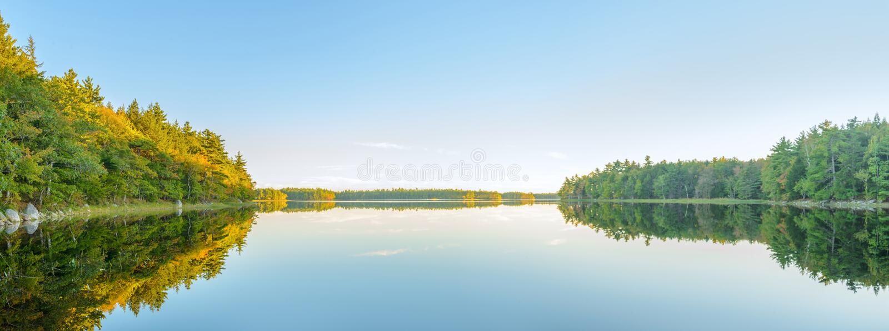 Panorama del lago del otoño momentos antes de la puesta del sol fotos de archivo libres de regalías