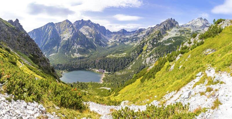 Panorama del lago della montagna di Popradske glaciale Pleso 1494m in alte montagne di Tatras, Slovacchia Vista pittoresca durant fotografie stock libere da diritti