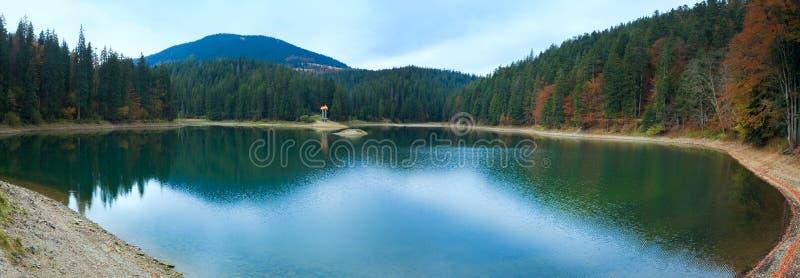 Panorama del lago della montagna di Synevir di autunno immagini stock