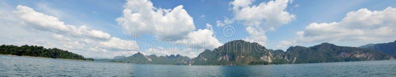 Panorama del lago en Khao Sok National Park fotografía de archivo libre de regalías