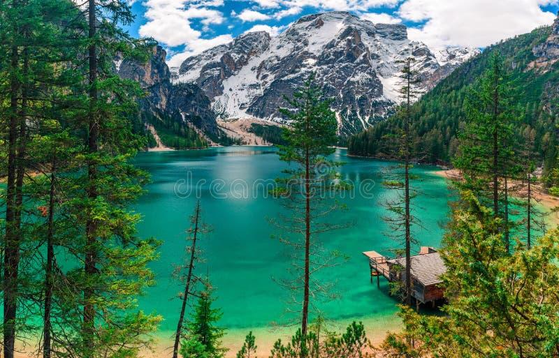 Panorama del lago en montañas de las dolomías, Sudtirol, Italia Braies Lago alpino hermoso Lago di Braies imagenes de archivo
