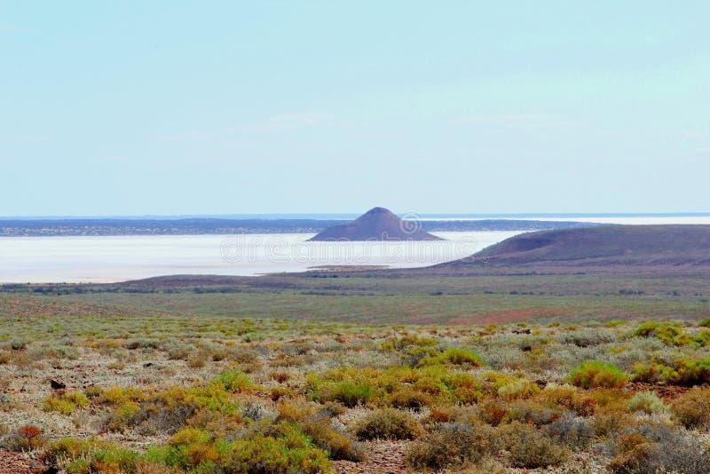 Panorama del lago Hart, un paesaggio variopinto del lago di sale nell'entroterra australiana fotografia stock