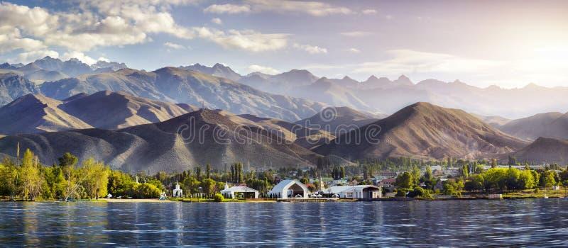 Panorama del lago Issyk Kul fotografia stock libera da diritti