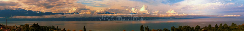 Panorama del lago Lemán en Suiza y las montañas imagen de archivo libre de regalías