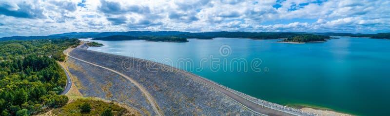 Panorama del lago reservoir de Cardinia y de la pared de la presa en día cubierto foto de archivo