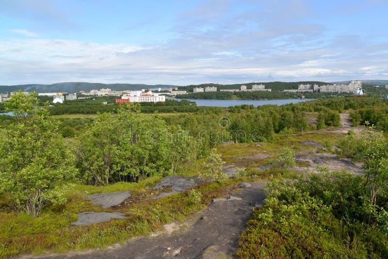 Panorama del lago Semenovsky y del distrito residencial habitado de la ciudad de Murmansk foto de archivo libre de regalías