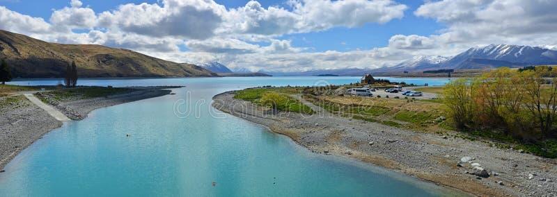 Panorama del lago Tekapo e Chiesa del Buon Pastore fotografia stock