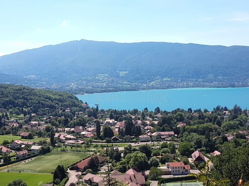 Panorama del lago y de la ciudad Annecy imágenes de archivo libres de regalías