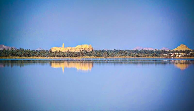 Panorama del lago Zaytun, rovine del tempio di Amun Oracle e montagna Dakrour nell'oasi di Siwa, Egitto nell'oasi di Siwa, Egitto immagini stock