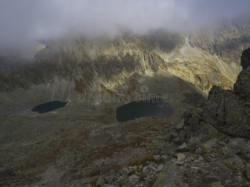 Panorama del lavka los 2300m de Bystra al lago Capie de la montaña y pleso de Okruhle en el dolina y el stit los 2381m, slo de Ml fotografía de archivo