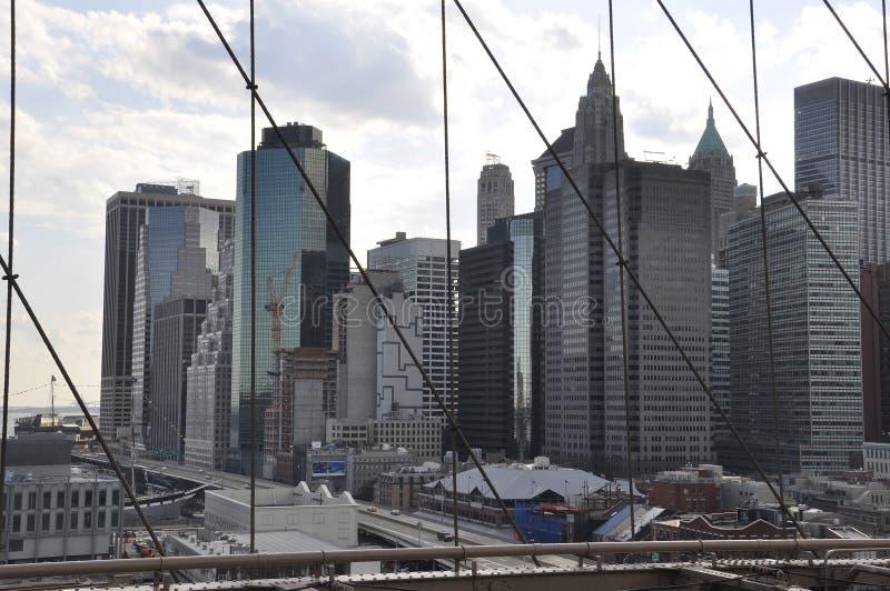 Panorama del Lower Manhattan del puente de Brooklyn sobre East River de New York City en Estados Unidos foto de archivo