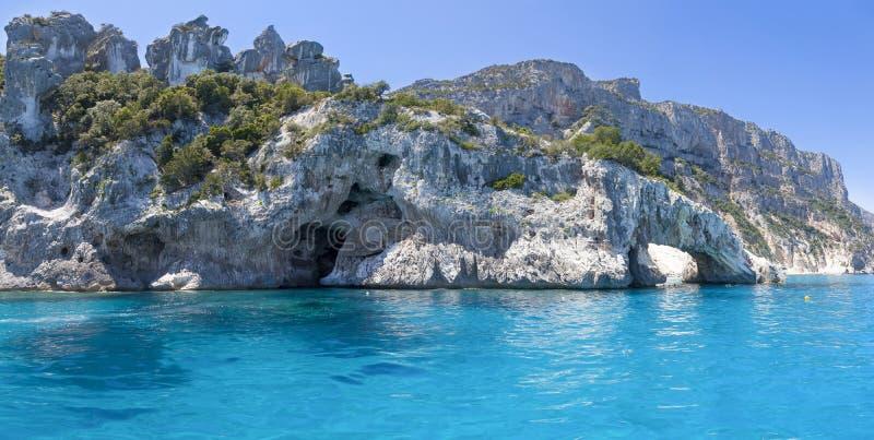 Panorama del mar azul y de la costa rocosa fotografía de archivo libre de regalías