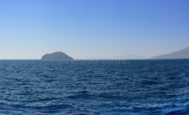 Panorama del Mar Egeo que pasa por alto las islas y las montañas siguientes por la tarde del verano después de una disminución se fotos de archivo