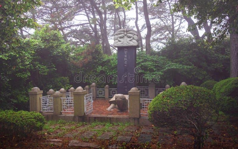 Panorama del monumento grande de la tortuga dentro del parque de Dongbaek en un día de niebla Haeundae-gu, Bus?n, Corea del Sur a fotos de archivo libres de regalías