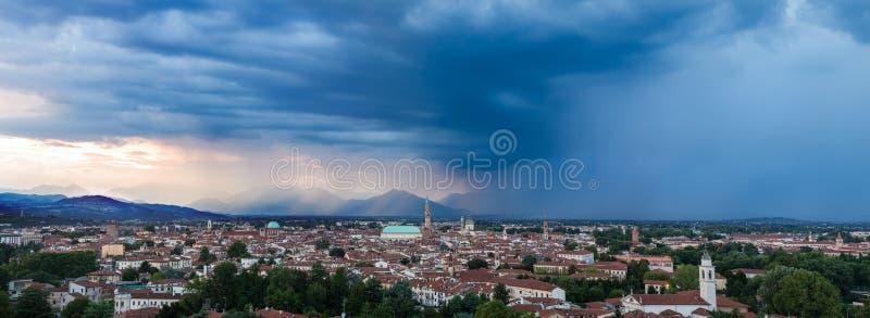 Panorama del mp 70 di Vicenza al tramonto immagine stock libera da diritti