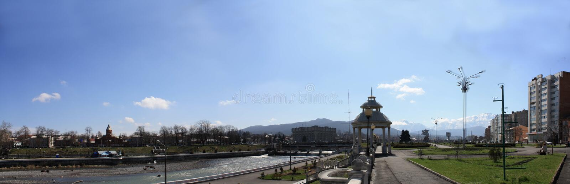 Panorama del muelle del río Terek, ciudad de Vladi imagen de archivo