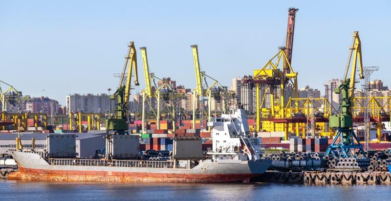 Panorama del muelle portuario con un barco grande en el fondo de los edificios foto de archivo
