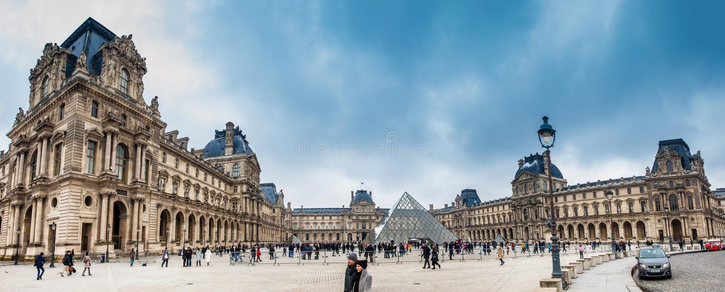 Panorama del museo del Louvre in un giorno di inverno di congelamento appena prima la molla fotografia stock libera da diritti