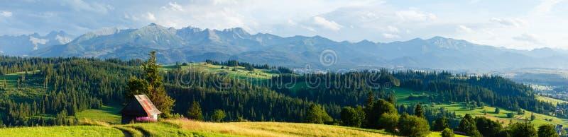 Panorama del país de la tarde de la montaña del verano (Polonia) imagen de archivo