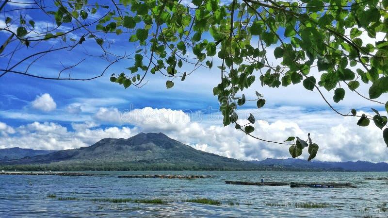 Panorama del paesaggio del batur del supporto dall'esterno del lago del batur fotografia stock libera da diritti
