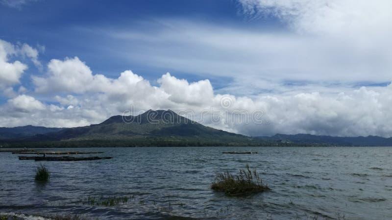 Panorama del paesaggio del batur del supporto dall'esterno del lago del batur immagini stock libere da diritti