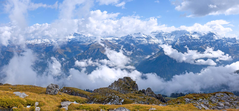 Panorama del paesaggio della montagna della neve sopra le alpi svizzere sul Glattalp immagine stock libera da diritti